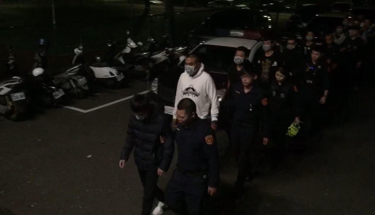 警方調閱監視畫面並同步請線上巡邏警力攔查後,凌晨帶回13人。記者柯毓庭/翻攝