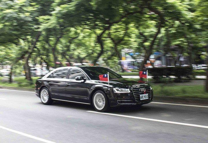 Audi A8車系是蔡總統專屬座車,總統隨扈專屬車隊由10輛奧迪車組成,其中一輛...