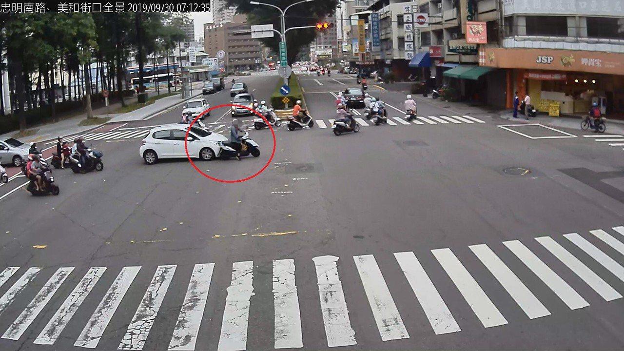 機車騎士鄭女擦撞車輛後肇逃,經警傳到案,辯稱有打左轉方向燈才左轉,但她卻未注意左...