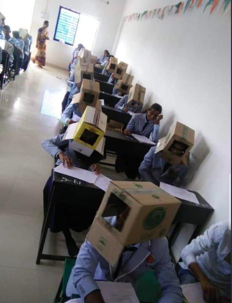 校方表示,這並非強制性,也有學生沒戴紙箱應試。圖/截自推特(@ANI)