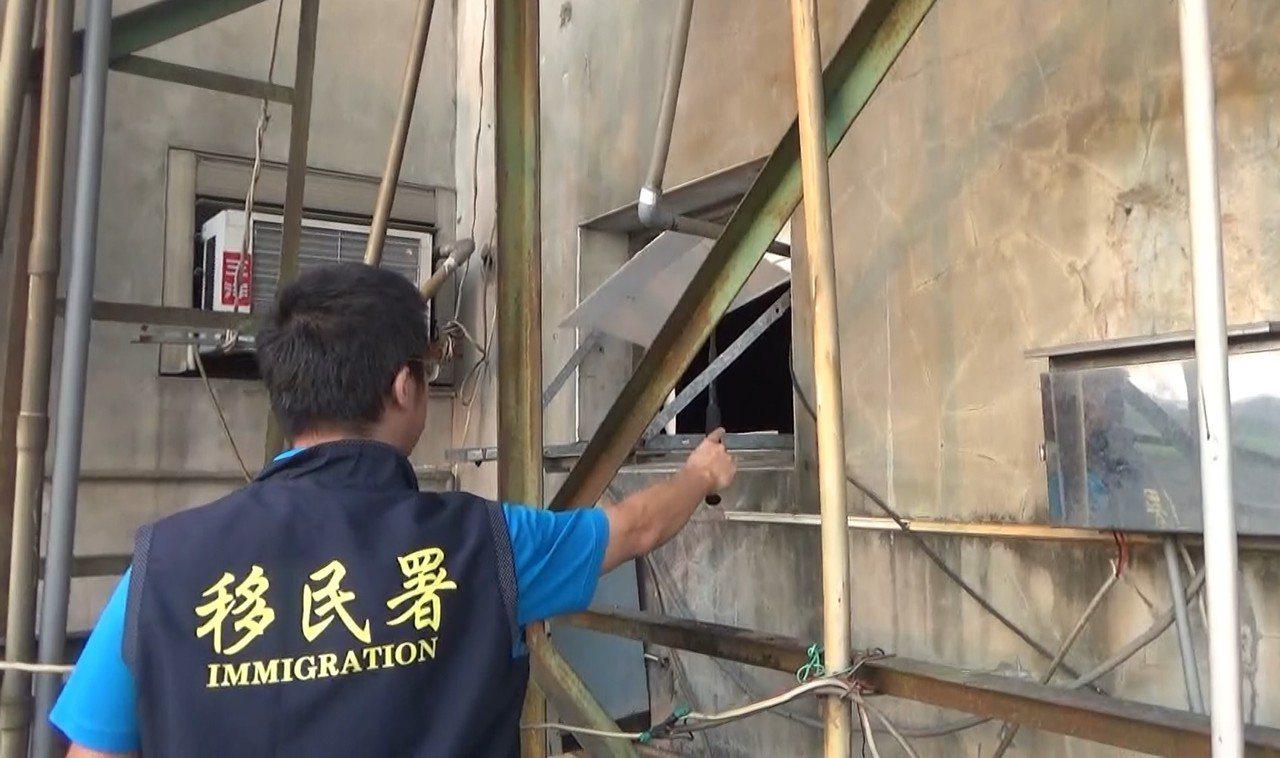 查緝時發現,屋內居住環境髒亂;除窗戶沒有玻璃,只用紙板固定遮風擋雨,移工們試圖從...