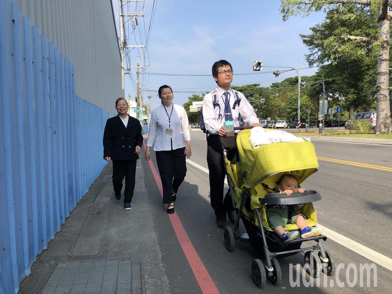 一貫道道親全家出動參加每季一次的研習會。記者陳秋雲/攝影