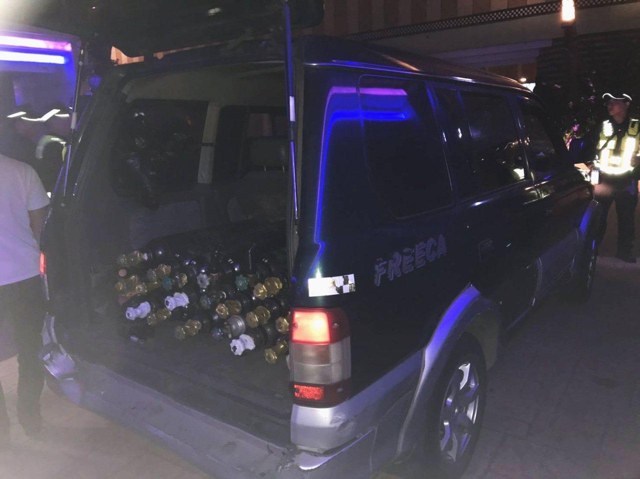警方臨檢掃蕩不法查獲男子7人在汽車賓館使用笑氣、帶回笑氣20餘瓶偵辦。記者曾增勳...