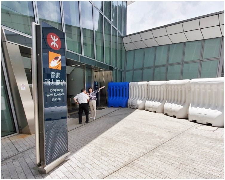香港高鐵站外設大型水馬陣加強保安。取自星島網