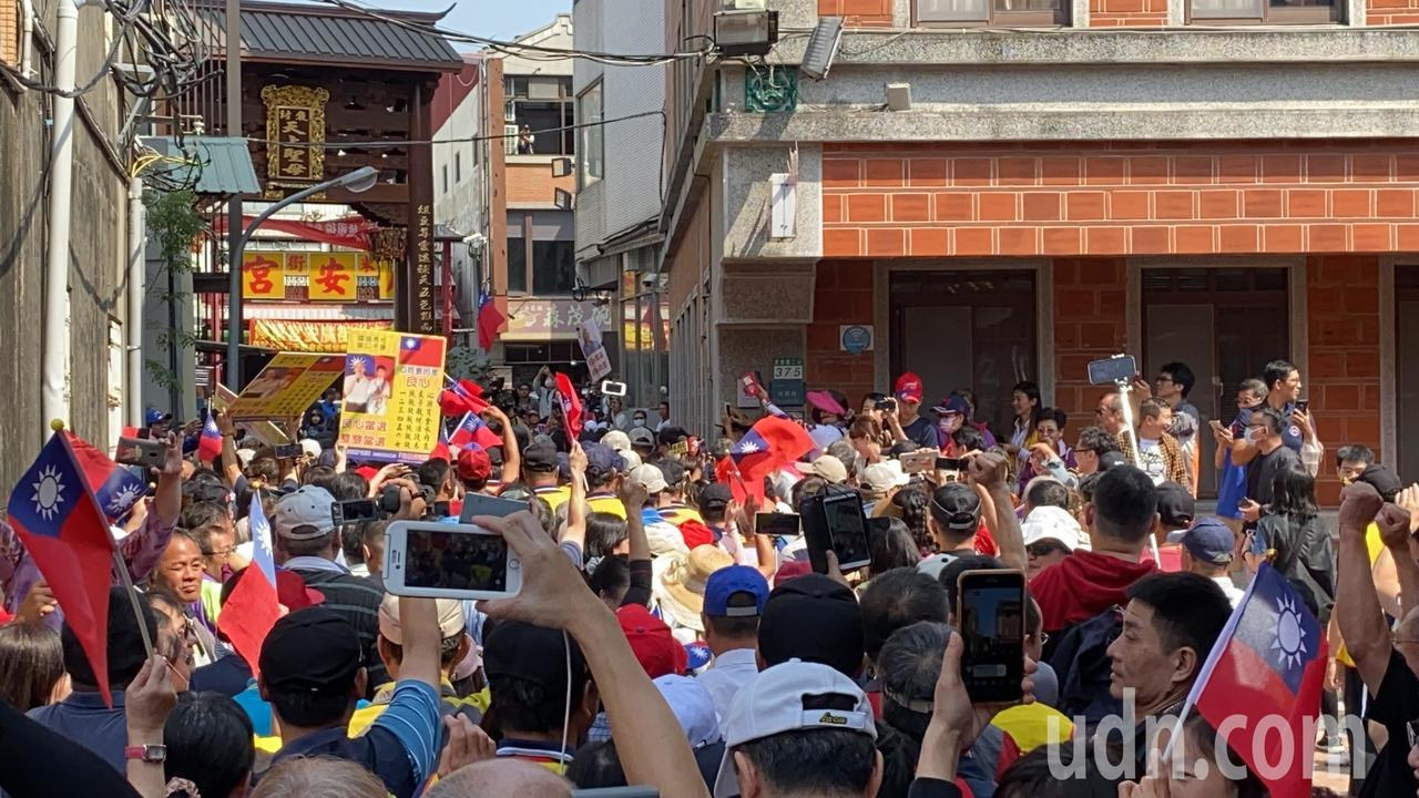 韓國瑜今天到台南有「總統廟」之稱的大天后宮參拜,支持者擠爆廟埕。記者鄭維真/攝影