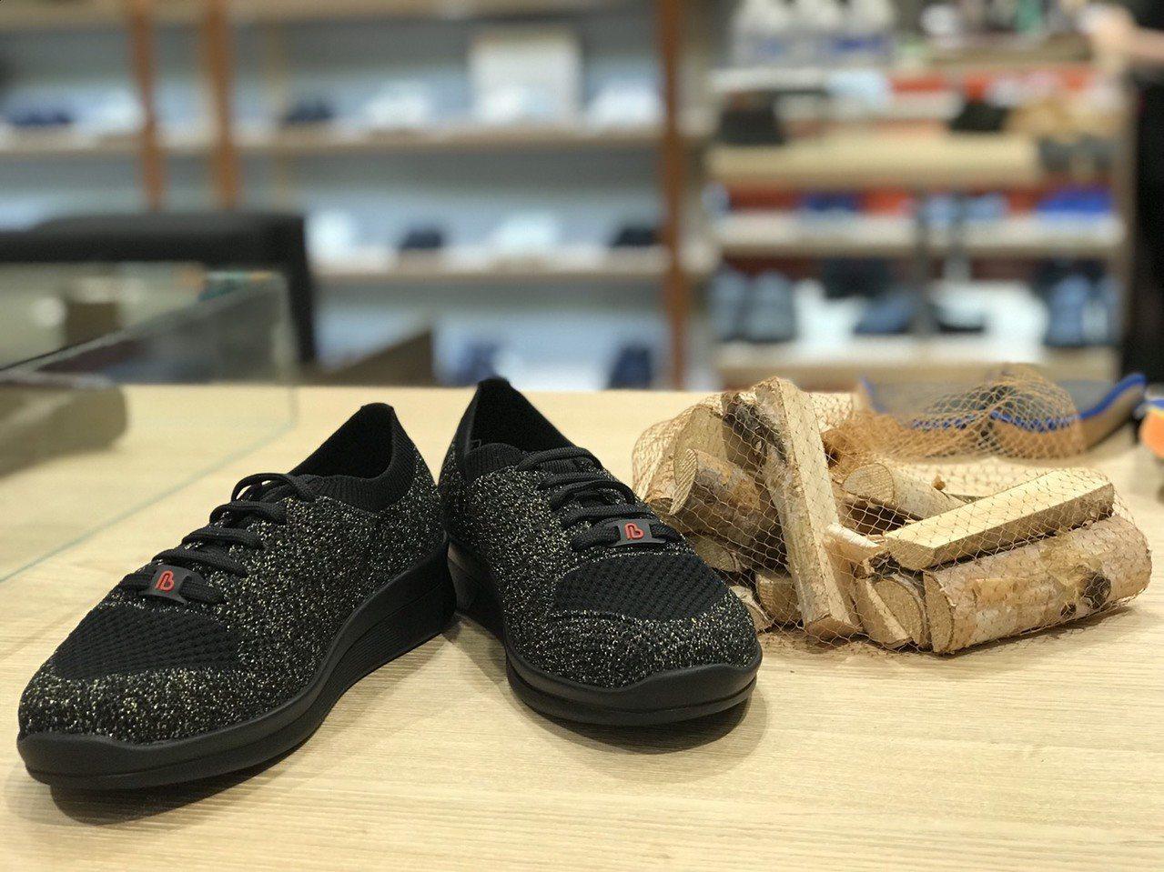 繃帶織線鞋秋冬新款式Aldina,以黑帶金線交織成鞋面,用色相當亮眼。圖/Ber...