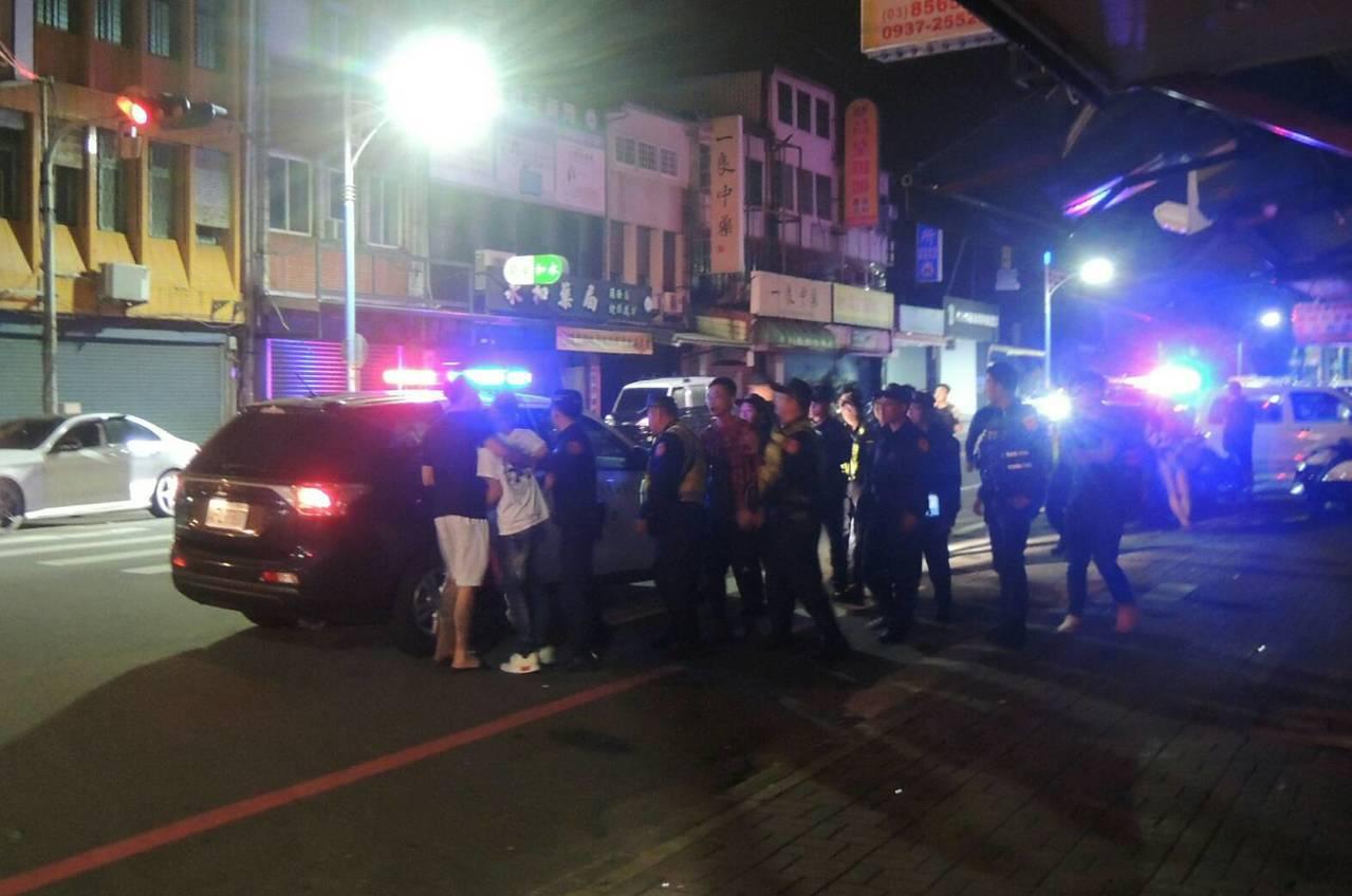 原本是單純的車禍,但肇事者約有10多名友人前往關心,其中邱姓男子、顧姓男子試圖進...