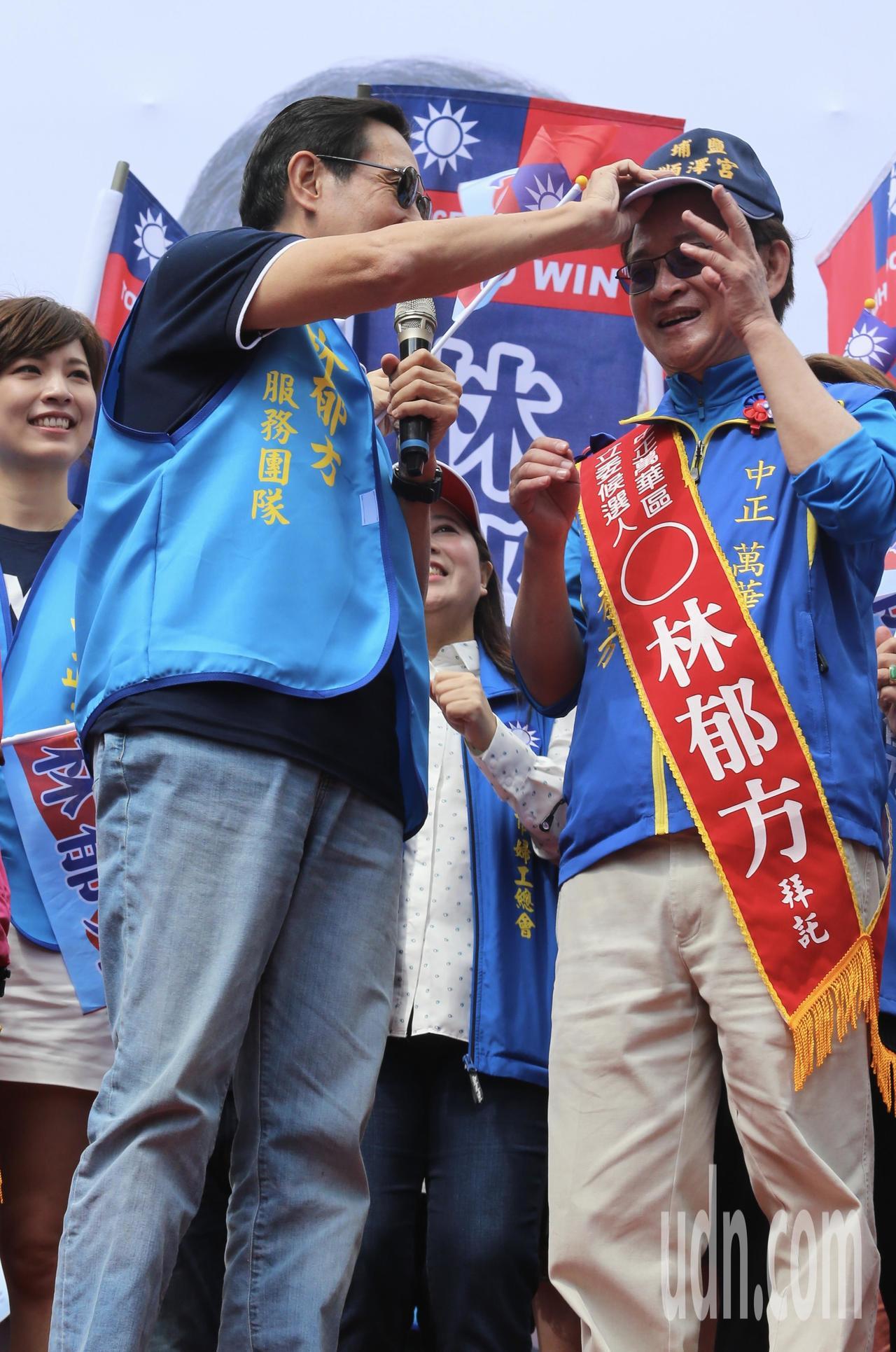 林郁方(右)競選總部成立大會, 前總統馬英九(左)前來站台造勢,送上近來爆紅的冠...