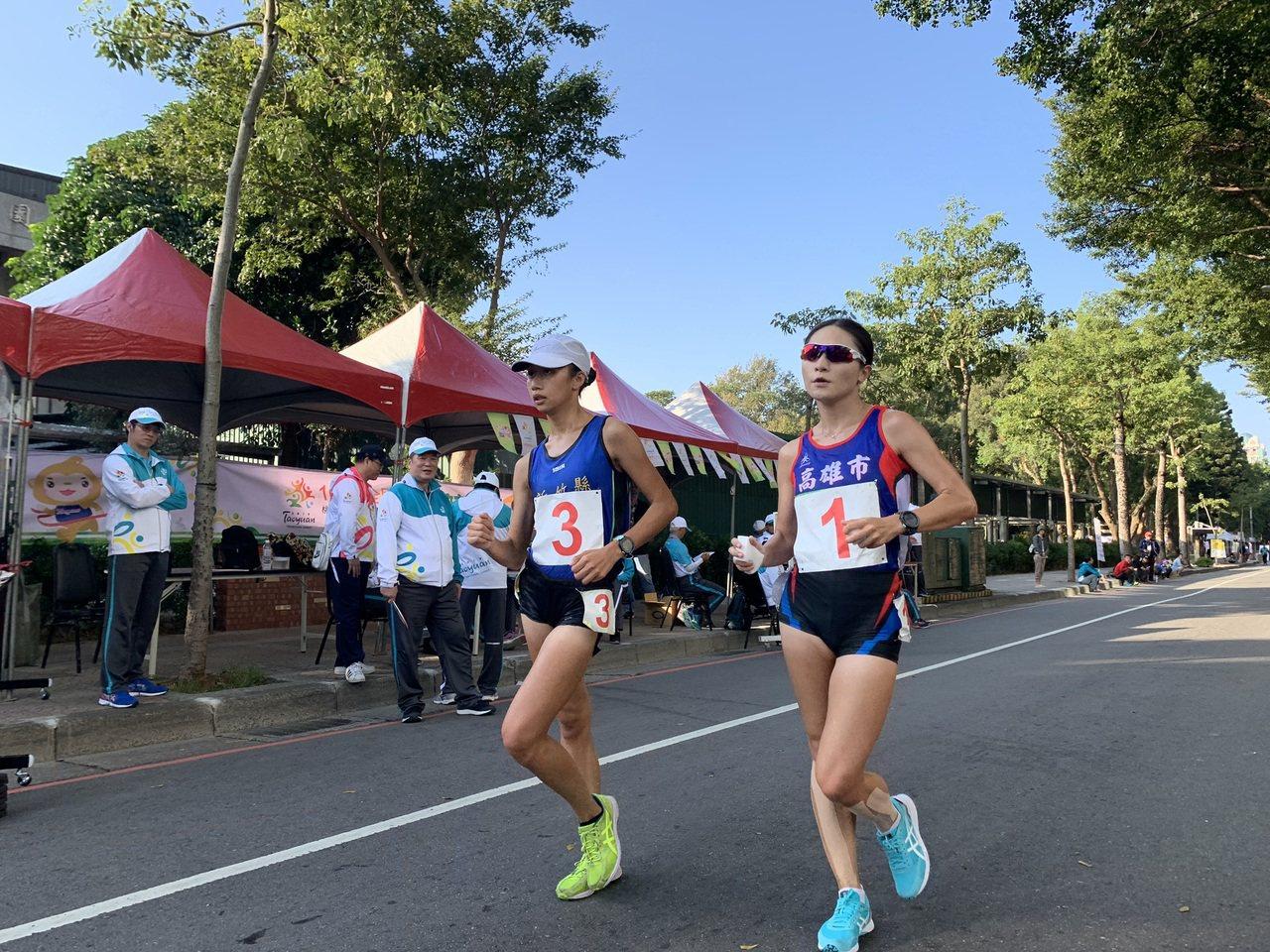 新竹縣17歲小將江佳柔(左)在女子20公里競走打破全國紀錄摘金。圖/中華田徑協會...