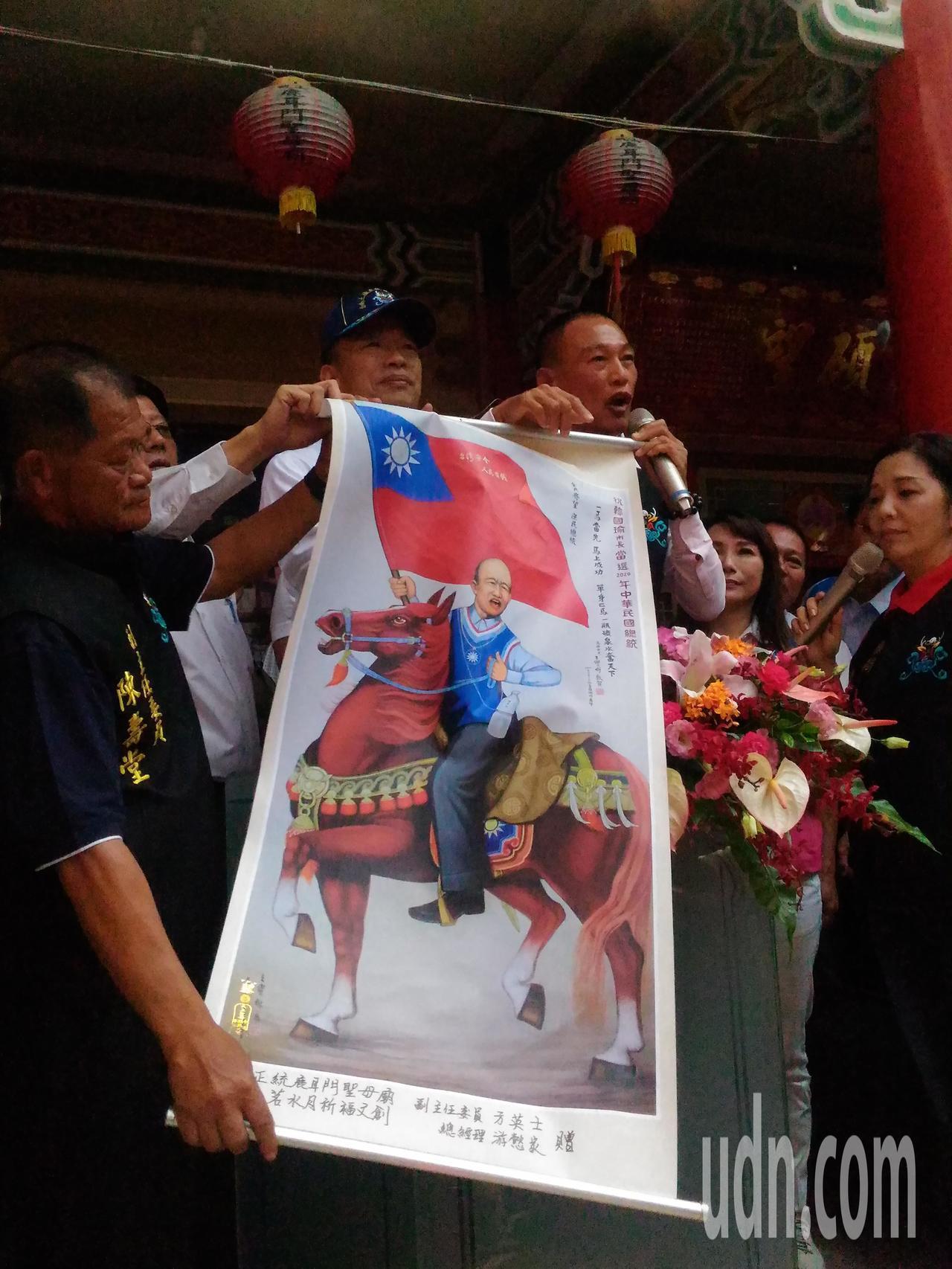 韓國瑜收到正統鹿耳門廟贈送馬到成功畫作。記者黃宣翰/攝影
