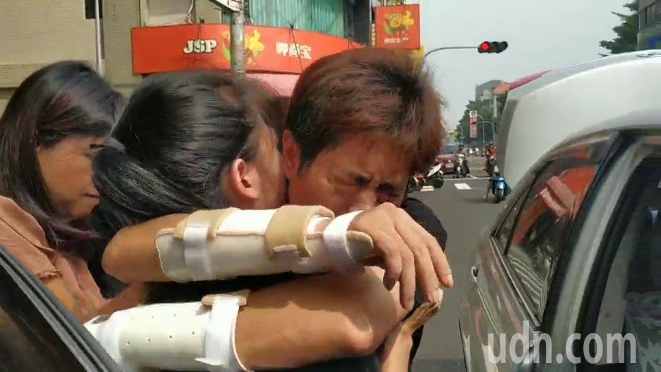 網紅直播主吳小哲8月底遭人擄走打斷手腳丟包,他今天上午暫時離開醫院到高雄鳳山,開...