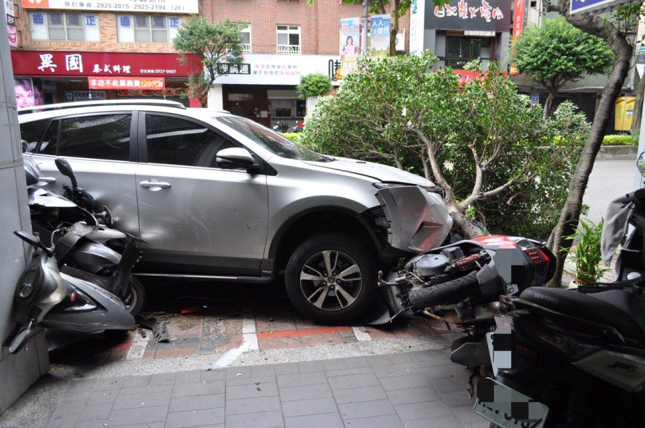 路樹在休旅車大力衝擊下應聲斷裂,所幸並無造成人員傷亡。記者柯毓庭/翻攝
