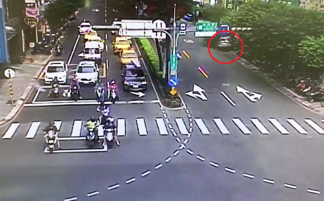 吳姓男子疑因恍神,駕駛休旅車自永和路右轉中山路段後,不慎撞上路旁8輛機車與路樹。
