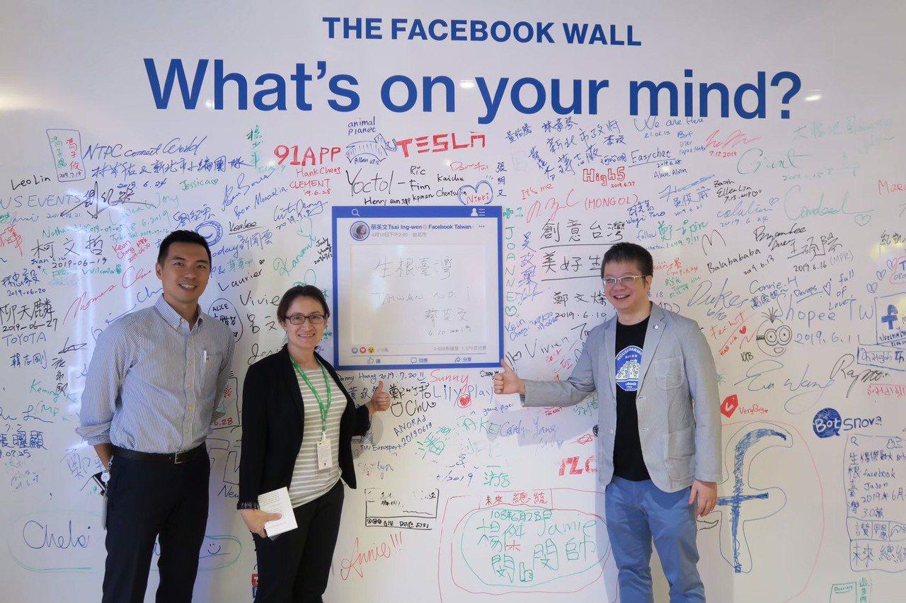 網路社群假消息、假新聞多,為杜絕亂象,立委蕭美琴(左二)與臉書(Facebook...