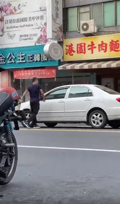 高雄張姓男子因在路上遇到前女友張姓女子,張竟腳踢張女所乘車輛的車門,還手持安全帽...