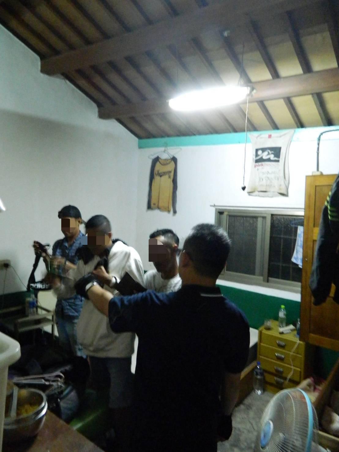嘉縣專勤隊在鹿草鄉查獲1名非法雇主及6名越南印尼移工。記者魯永明/翻攝
