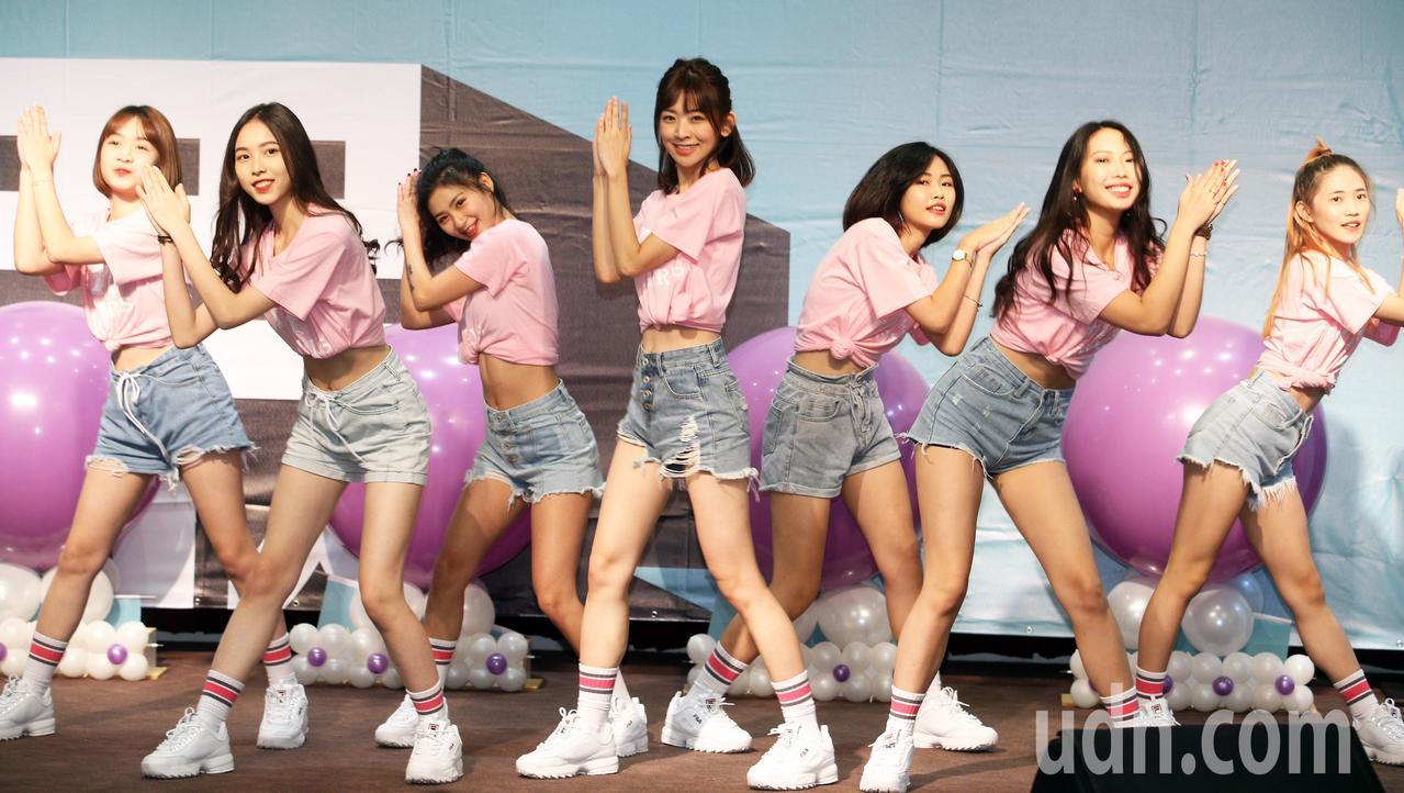 台灣民眾黨提名記者會請來由大學生組成的「TPP GIRL」熱舞。記者劉學聖/攝影