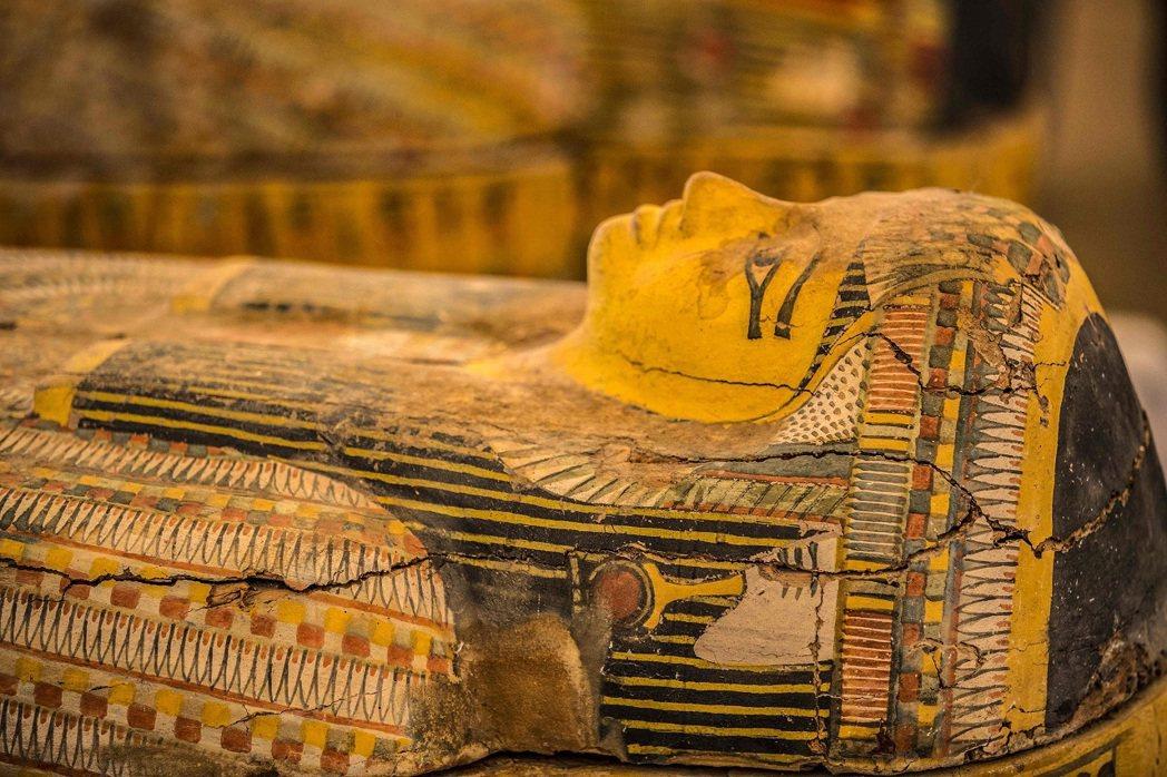 埃及古物部19日對外展示日前出土的30具色彩鮮豔的古埃及木棺,儘管被挖出純屬意外...