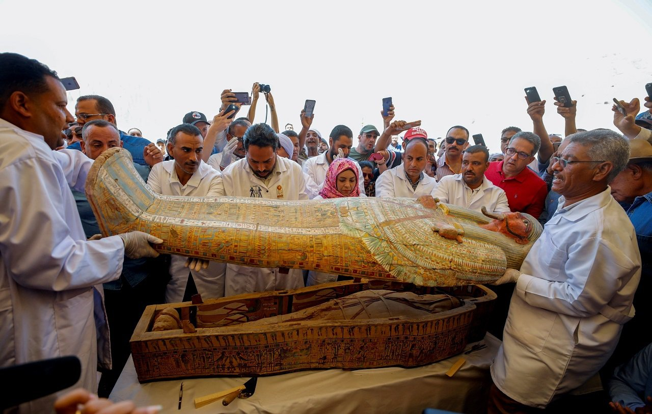 埃及古物部19日對外展示日前出土的30具色彩鮮豔的古埃及木棺,並在記者注視下,打...