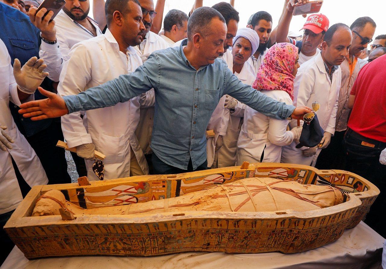 埃及古物部19日對外展示日前出土的30具色彩鮮豔的古埃及木棺,同時打開其中兩具木...