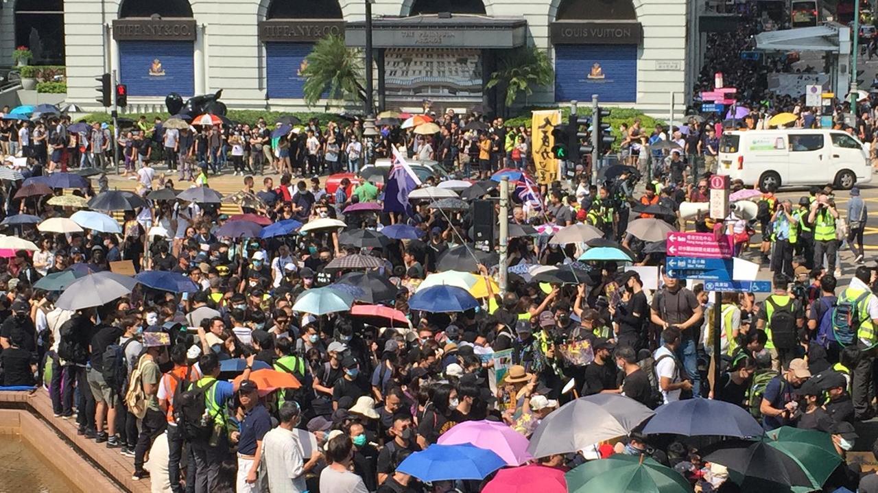 香港中午過後有大批人士在太空館對面聚集。取自星島網
