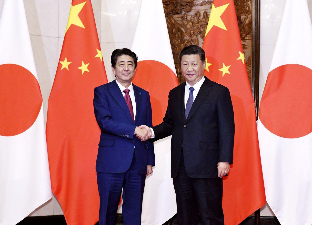 日本首相安倍晉三(左)去年10月曾訪中國大陸,與大陸國家主席習近平在釣魚台賓館會...
