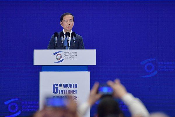 阿里巴巴集團董事局主席兼首席執行官張勇在第六屆世界互聯網大會開幕式上發言。照片/...