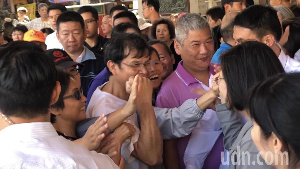 蔡英文總統到大雅永興宮,民眾熱情擊掌。記者陳秋雲/攝影