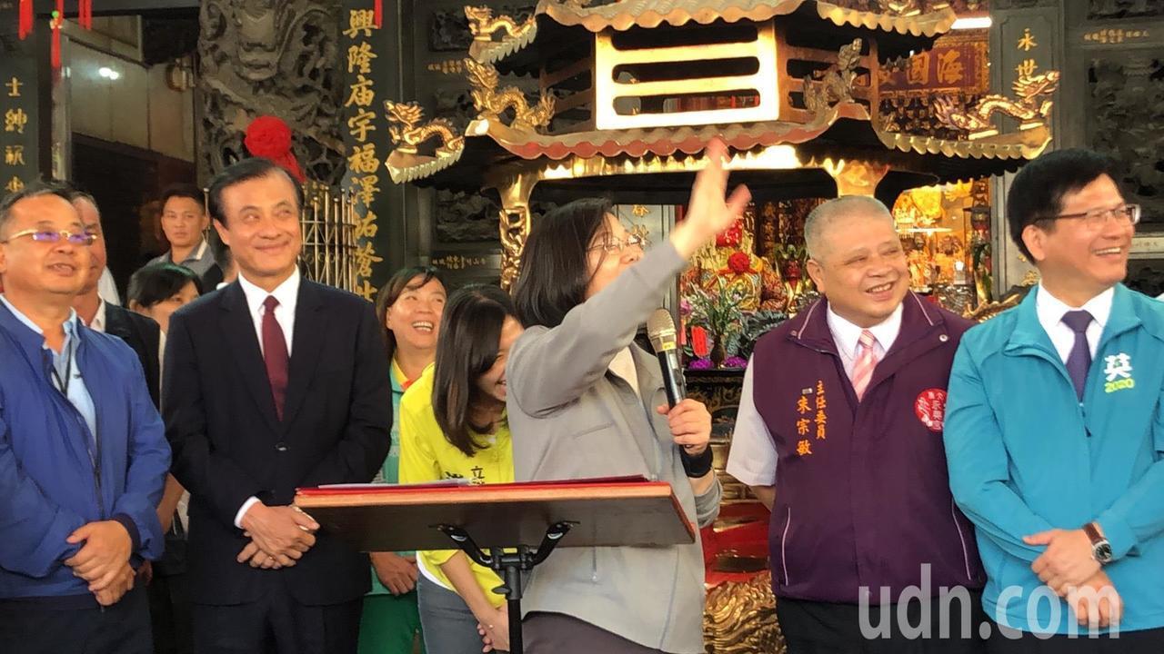 民眾大喊小英凍蒜啦!蔡總統開心揮手致意。記者陳秋雲/攝影