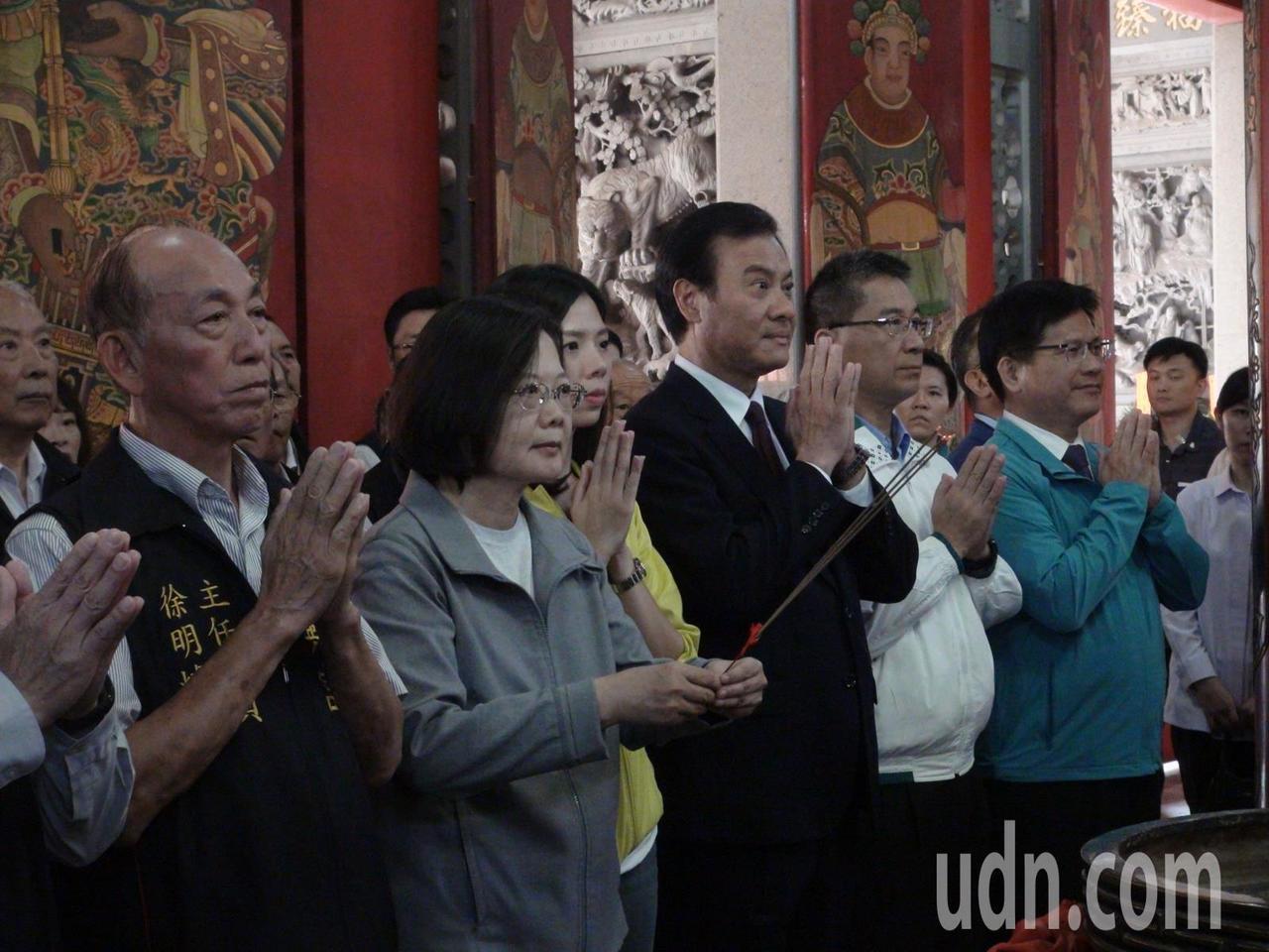 蔡英文總統今天上午到台中神岡社口萬興宮參拜。記者余采瀅/攝影