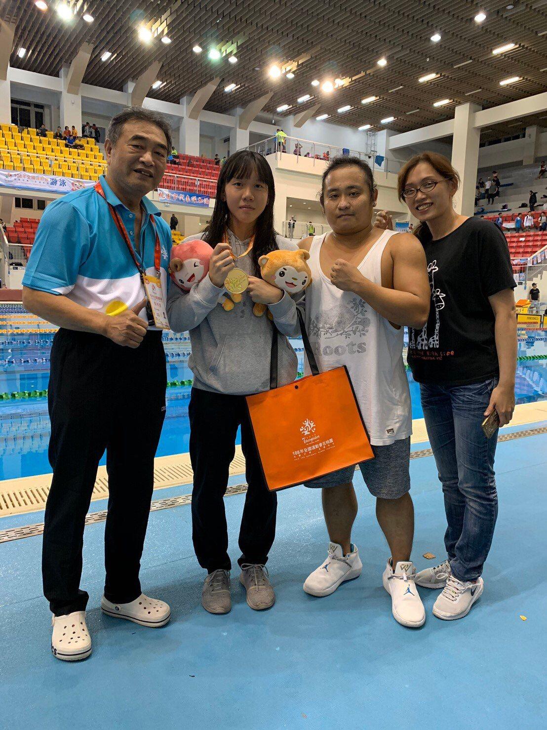 建功高中李宥彤(左二)與教練、家人合影。圖/教育處提供