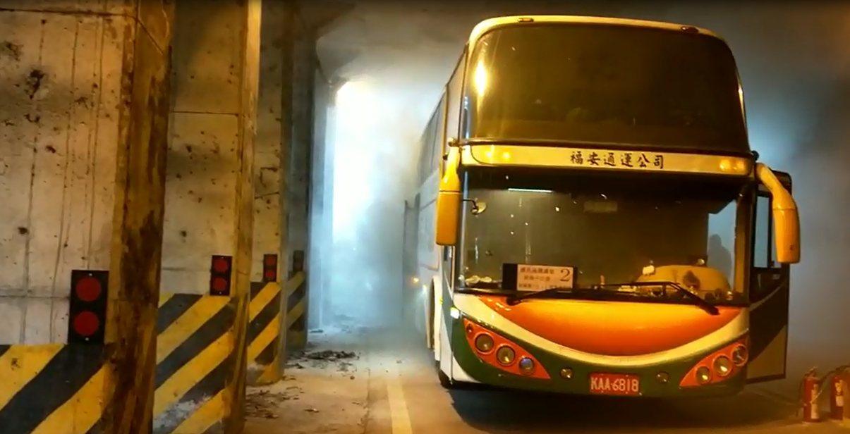嘉義縣台18線阿里山公路下午2點零6分,在觸口隧道段,有輛下山遊覽車突然起火燃燒...