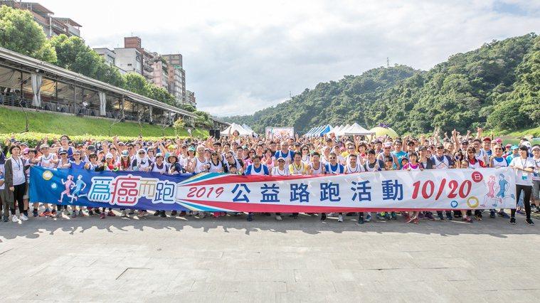 台灣腸癌病友協會今舉辦第3屆為癌而跑公益活動,700名跑者挑戰6公里微路跑,一起...