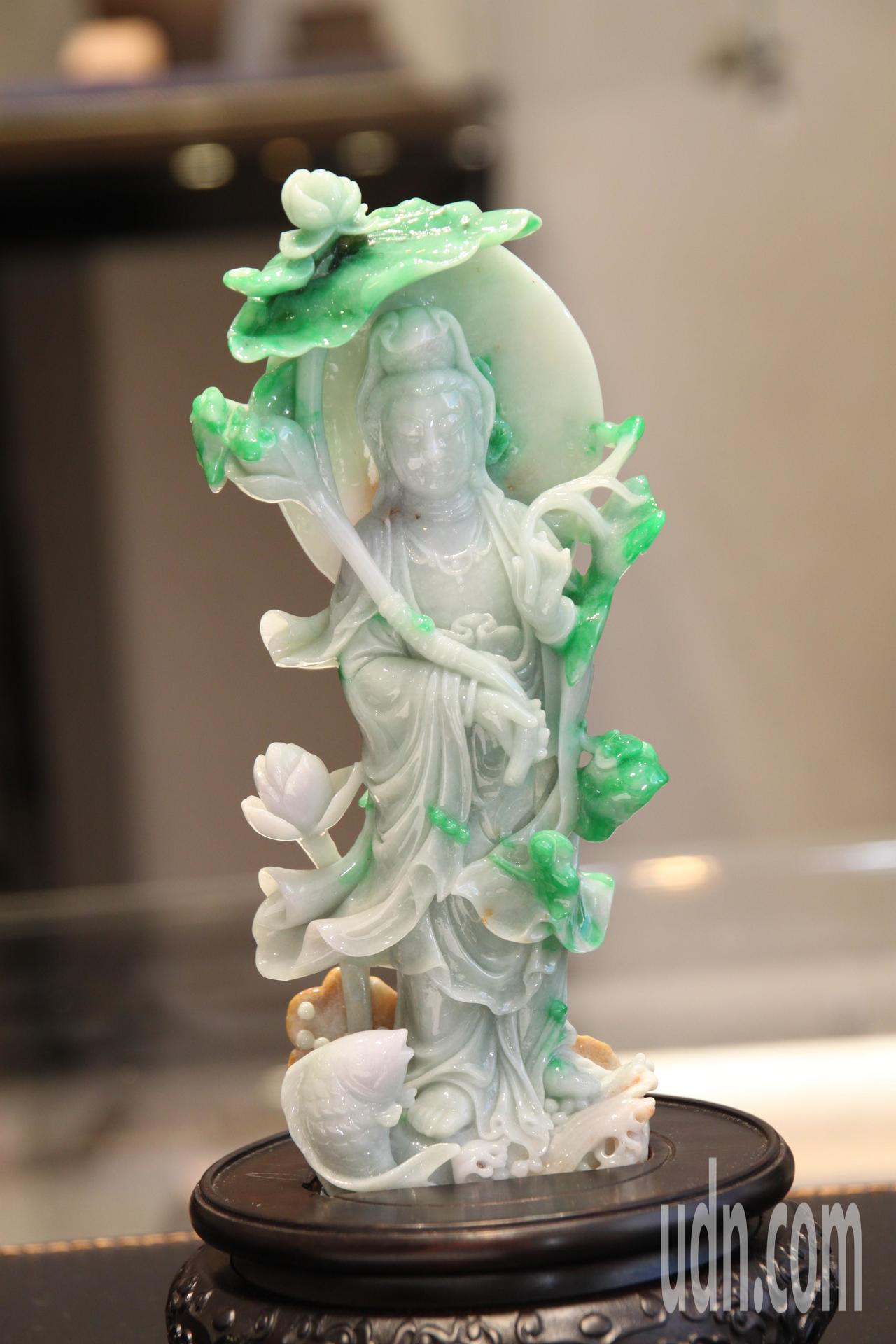 彭武瑜妻子曾玉妹以這尊玉觀音指出,每件珠寶都有其獨特性。記者黃寅/攝影