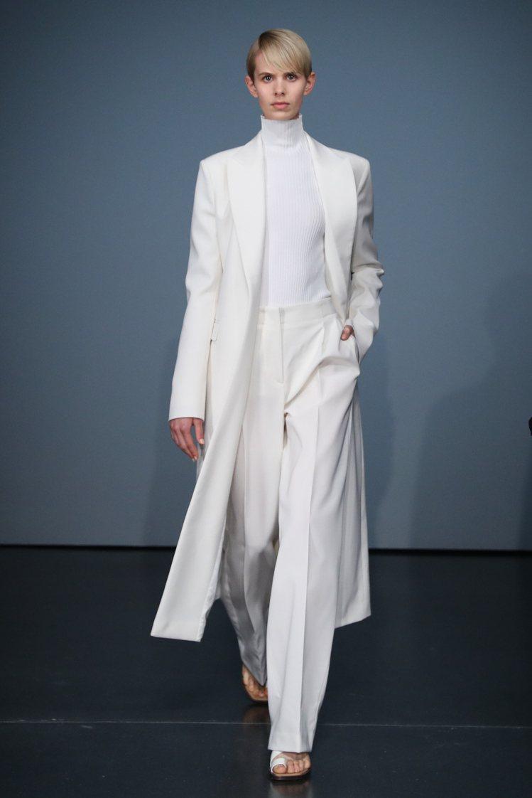 BOSS 2020早秋系列女裝,也不乏帶有經典男裝元素轉化的設計,讓女性看起十分...