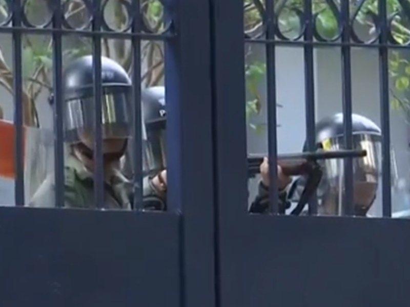 香港警員舉槍指向市民。取自香港電台