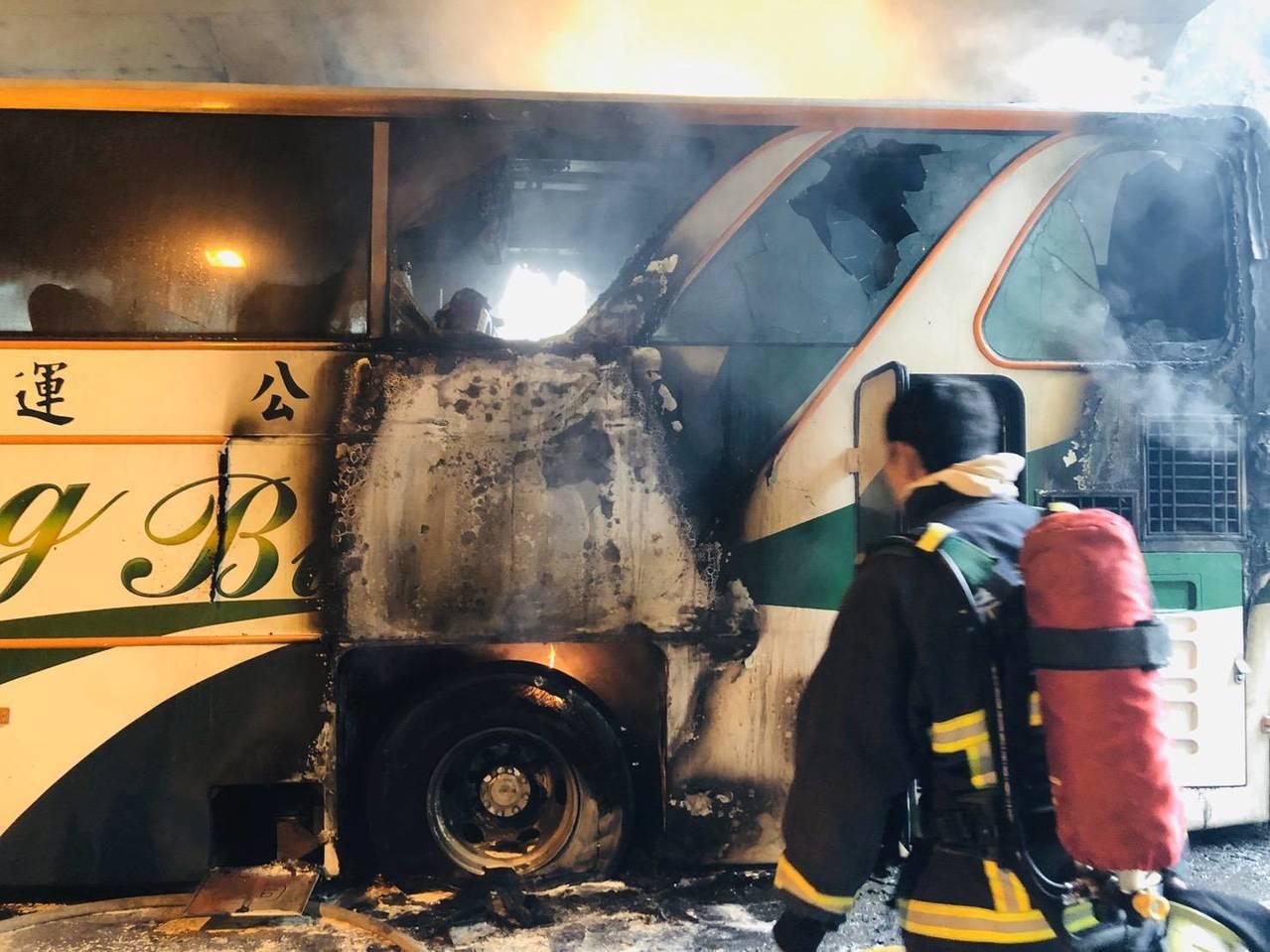 嘉義縣台18線阿里山公路觸口隧道內,有輛下山遊覽車起火燃燒,車上乘客含司機共41...