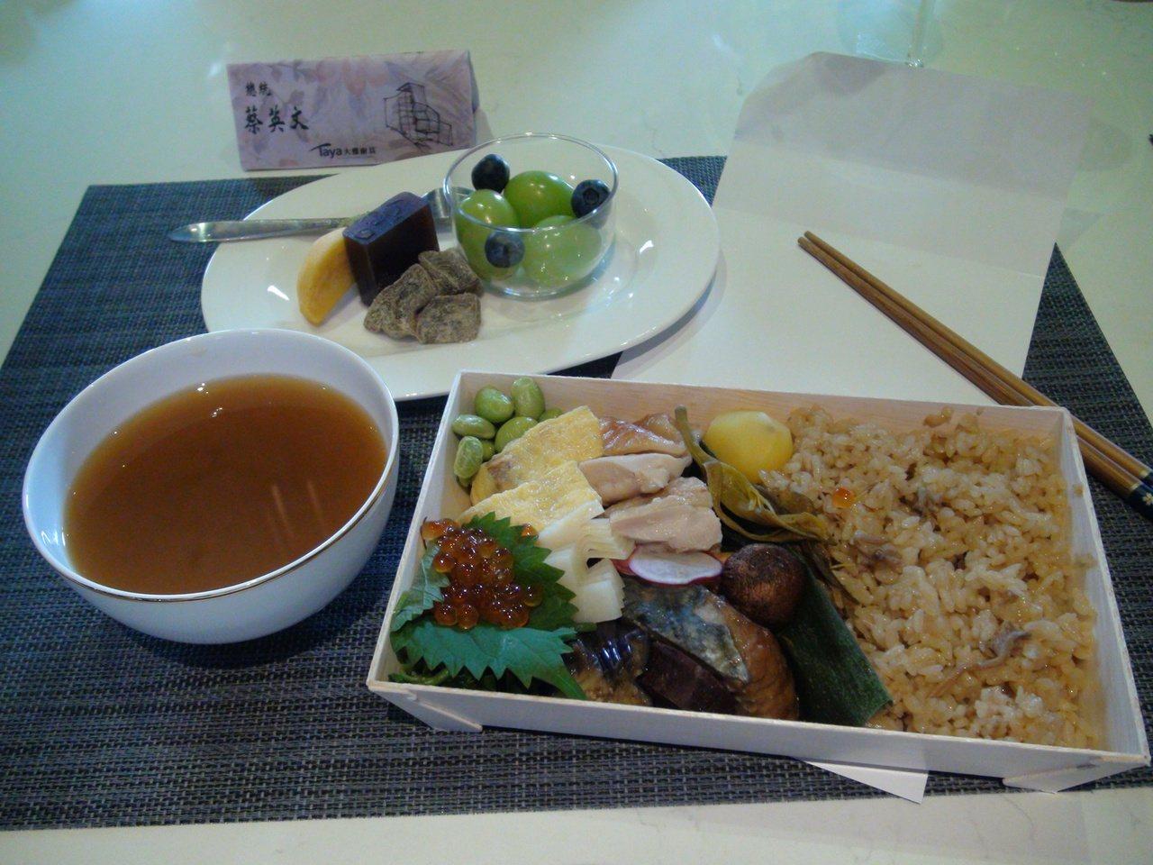 大雅廚具公司特地準備200元的日式便當與水果甜點,蔡總統也相當親民,全把便當吃光...