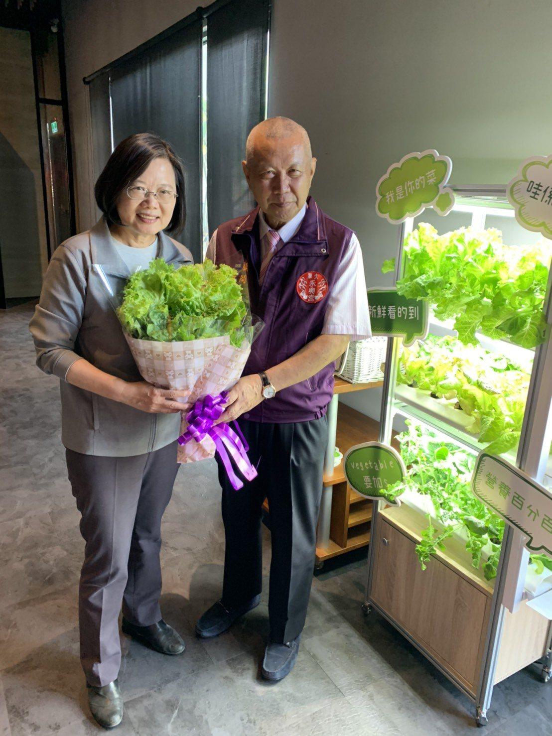 大雅廚具公司贈送蔡英文總統蔬菜花束。圖/大雅廚具公司提供