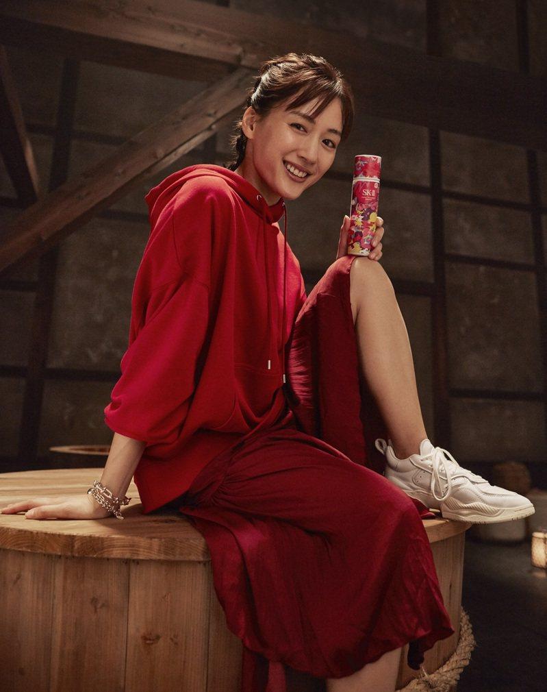 綾瀨遙與SK-II青春露Fantasista Utamaro限量版。圖/SK-II提供