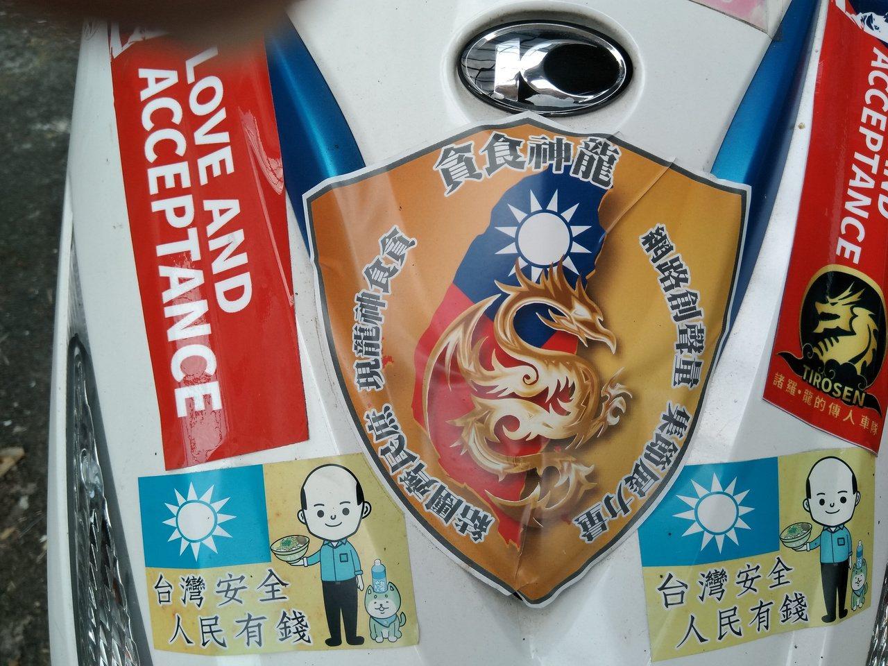 羅結東機車上貼滿貪吃蛇大遊行的標語及貼紙。記者陳玫伶/攝影