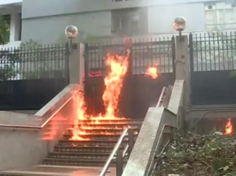 尖沙咀警署門外樓梯被人投擲汽油彈。(香港電台)