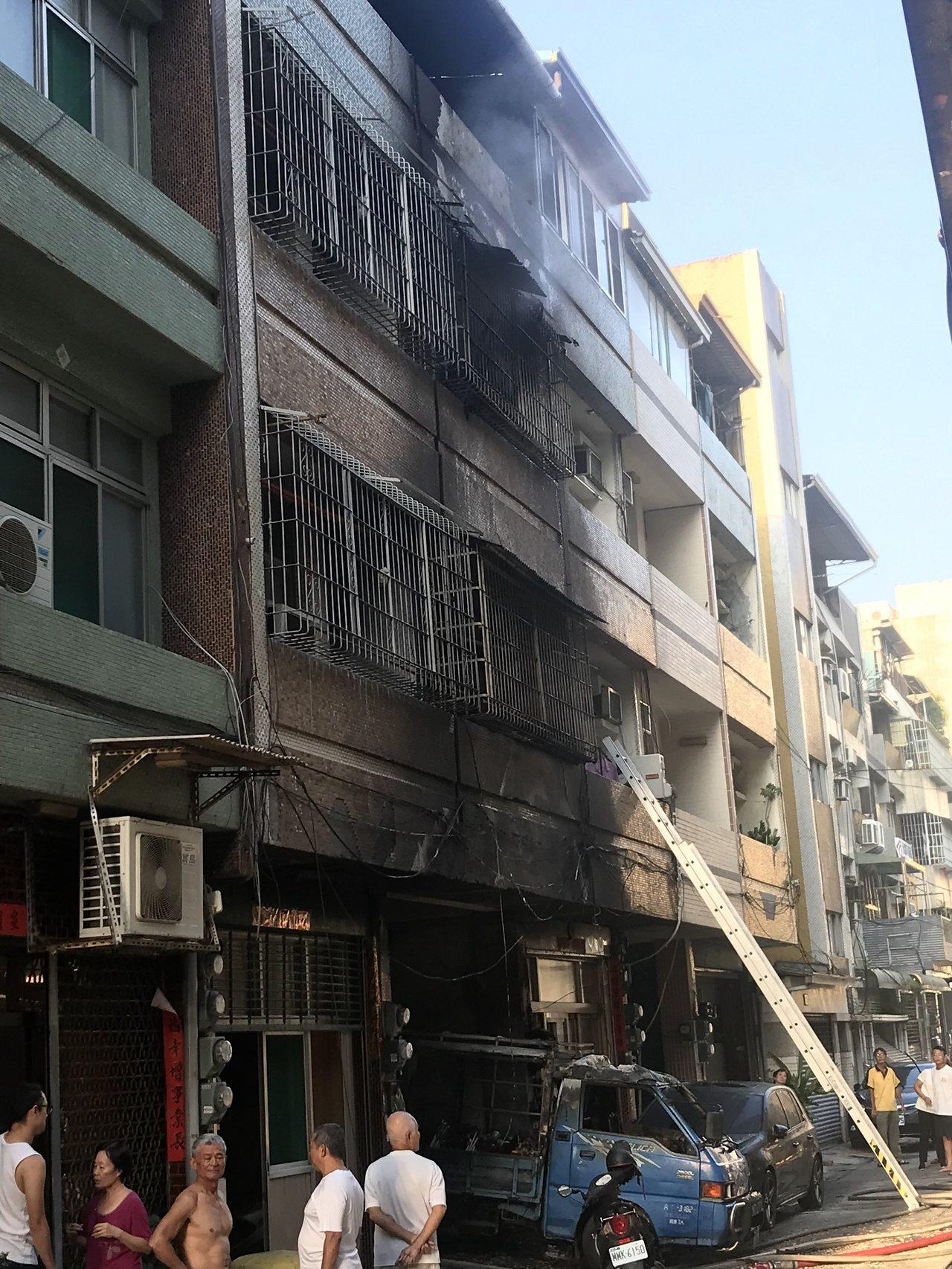 高雄苓雅區廣州一街一處民宅今天下午傳出失火。記者林伯驊/攝影