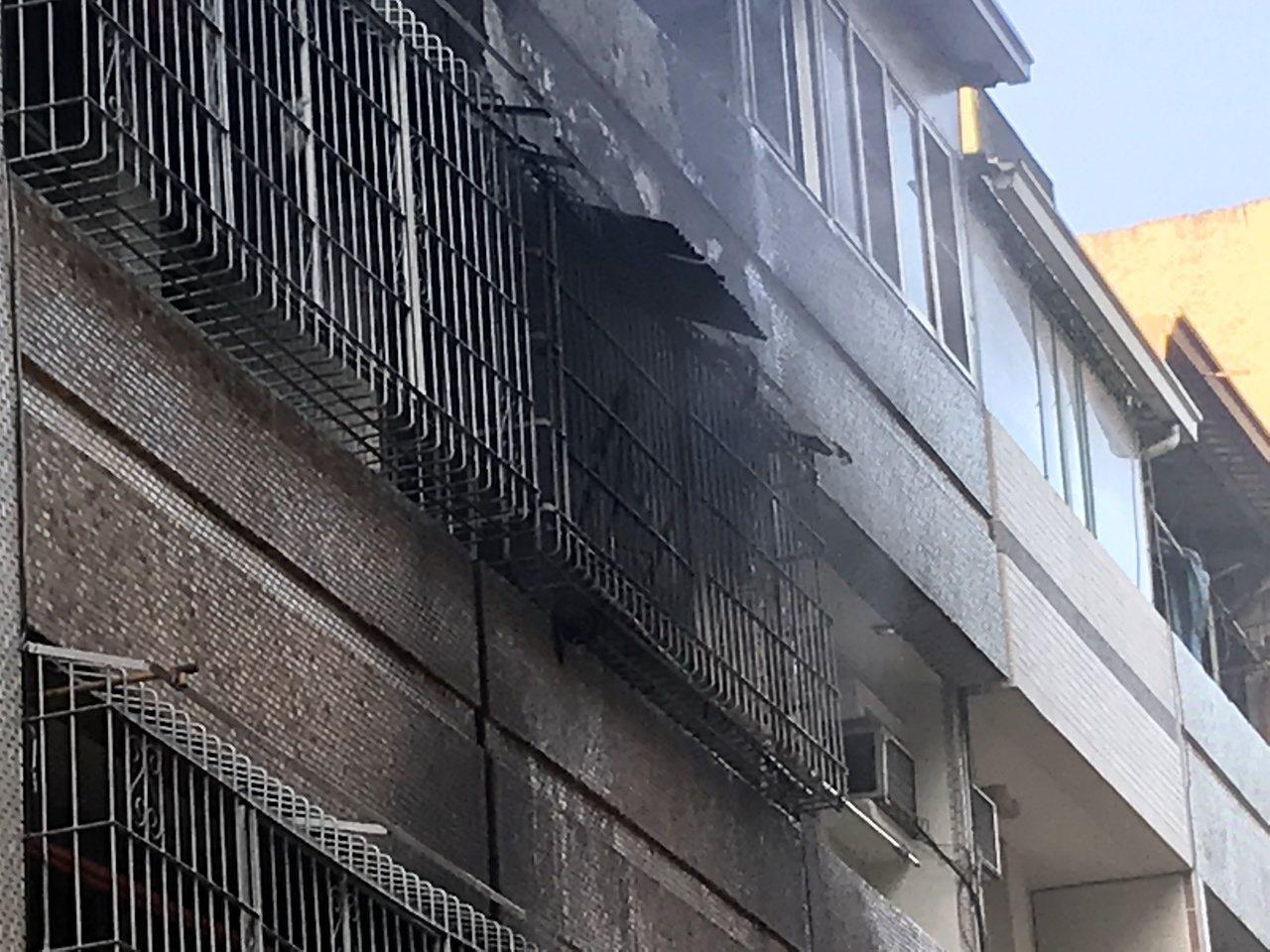 高雄苓雅區廣州一街一處民宅今天下午傳出失火,18歲女子逃到3樓陽台,被發現已無生...