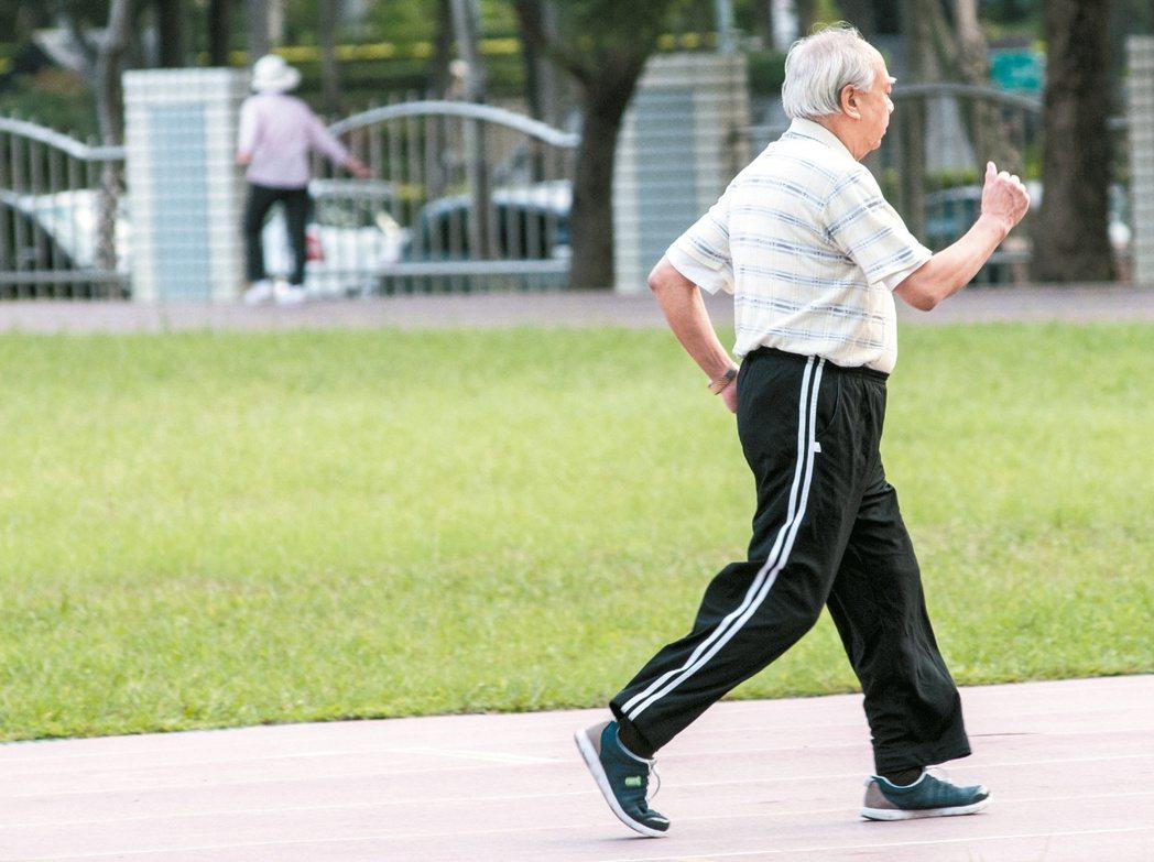 走路是最簡單的運動,了解自己適合的速度,才能真正走出健康。  本報資料照片