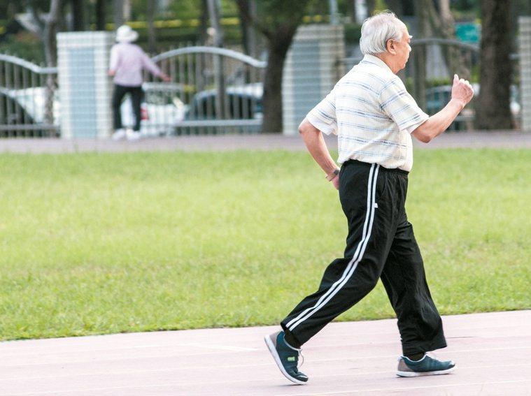 一項研究表明,走路緩慢的中年人可能大腦比較「老」。 本報資料照片