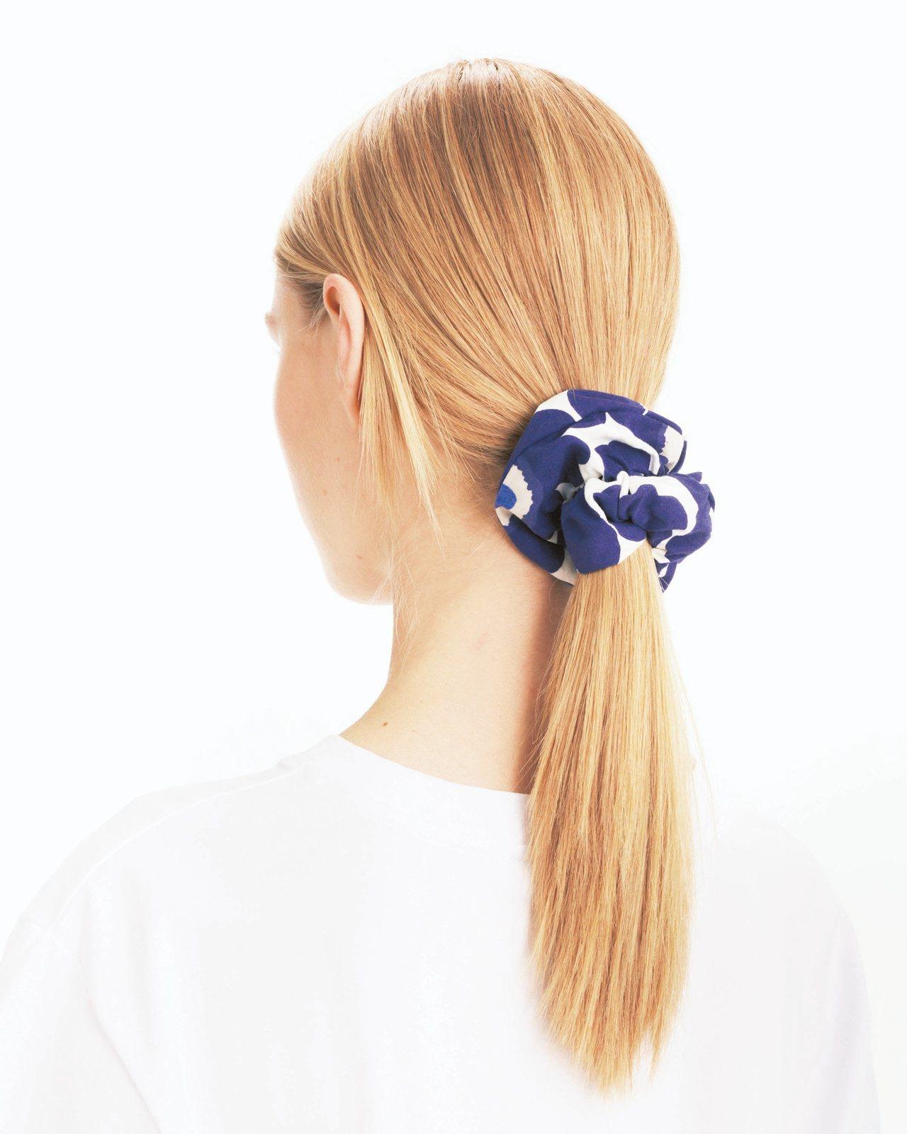 Unikko髮圈(藍),690元。圖/Marimekko提供