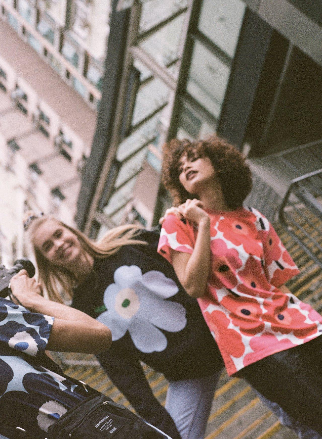 Marimekko Kioski街頭服飾全系列跳脫性別框架,以紅色、藍色、黑色為...