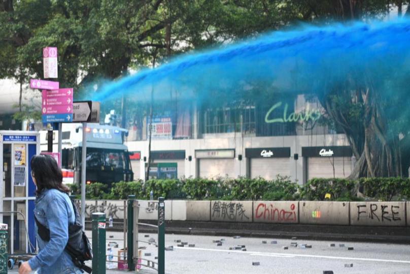 香港黑衣示威者下午兵分多路示威, 警方水炮車在彌敦道噴射藍色水柱。(星島網)