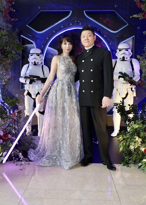 八點檔女星朱蕾安與老公張榮成在萬豪酒店舉辦婚禮,都是「星際大戰」粉絲的他們以星際大戰為主題舉辦星戰主題婚禮,除了星戰中的各種角色扮演外,並以光劍當賓客伴手禮,讓賓客們有個難忘的回憶。